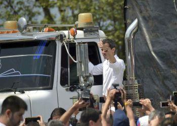 El autoproclamado presidente interino Juan Guaidó levanta el pulgar tras subirse a uno de los camiones con ayuda humanitaria que buscarán ingresar a Venezuela desde Cúcuta, Colombia, el sábado 23 de febrero de 2019. Foto: Fernando Vergara / AP.