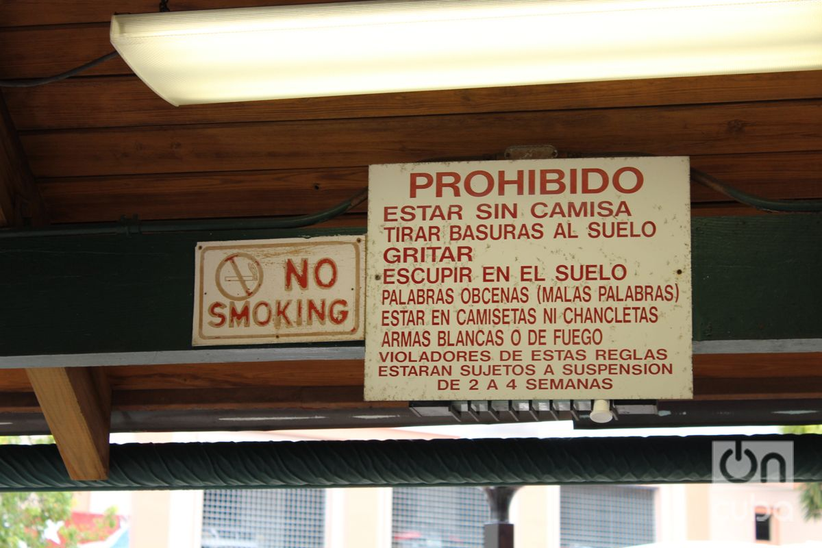 Reglas en el Parque del dominó de la Calle Ocho en Miami. Foto: Milena Recio.