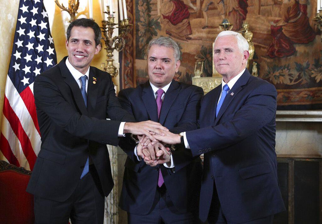 El autoproclarado presidente interino de Venezuela, Juan Guaidó, el mandatario colombiano Iván Duque y el vicepresidente de Estados Unidos Mike Pence posan para una fotografía en el marco de una reunión del llamado Grupo de Lima en Bogotá, Colombia, el lunes 25 de febrero de 2019. Foto: Martín Mejía / AP.