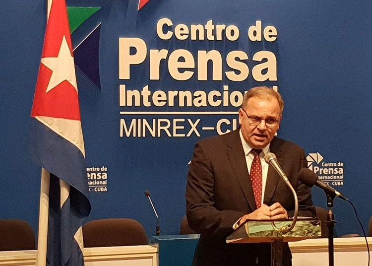 Eugenio Martínez, director general de América Latina de la cancillería cubana, durante una conferencia de prensa en la que criticó la celebración en Washington de una conferencia de la OEA sobre la reforma constitucional cubana. Foto: @CubaMINREX / Twitter.