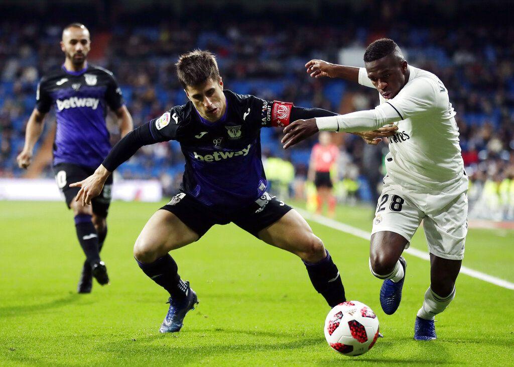 Vinicius Junior (der) trata de burlar la marca de Unai Bustinaza durante un partido de la Copa del Rey entre Real Madrid y Leganés el 9 de enero del 2019 en el estadio Santiago Bernabéu. Foto: Manu Fernández / AP.