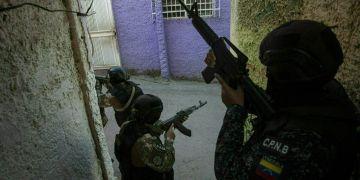 Miembros de las Fuerzas de Acciones Especiales (FAES) de la policía nacional, un comandado de élite creado para operaciones contra las bandas, patrullan por el vecindario de Antimano de Caracas, Venezuela, el 29 de enero de 2019. Foto: Rodrigo Abd / AP.