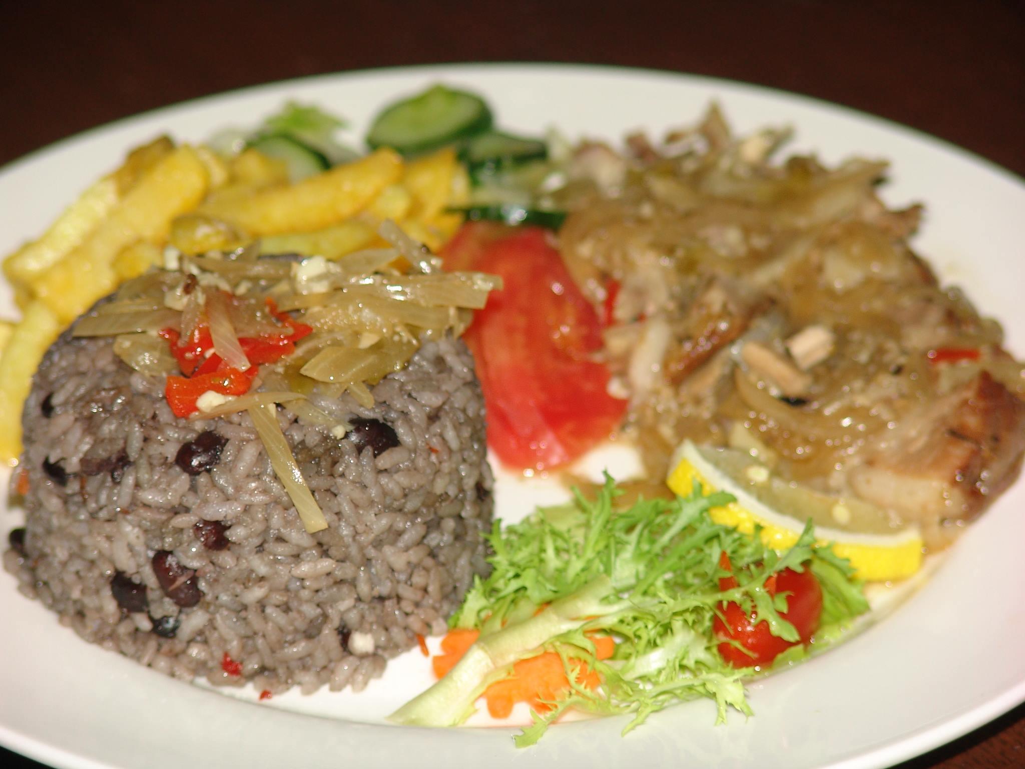 """Uno de los platos bandera de A-ché (y de todo restaurante cubano que se haya instalado en Pekín) ha sido la """"completa"""" de bisté de cerdo, arroz congrí, vianda y ensalada."""