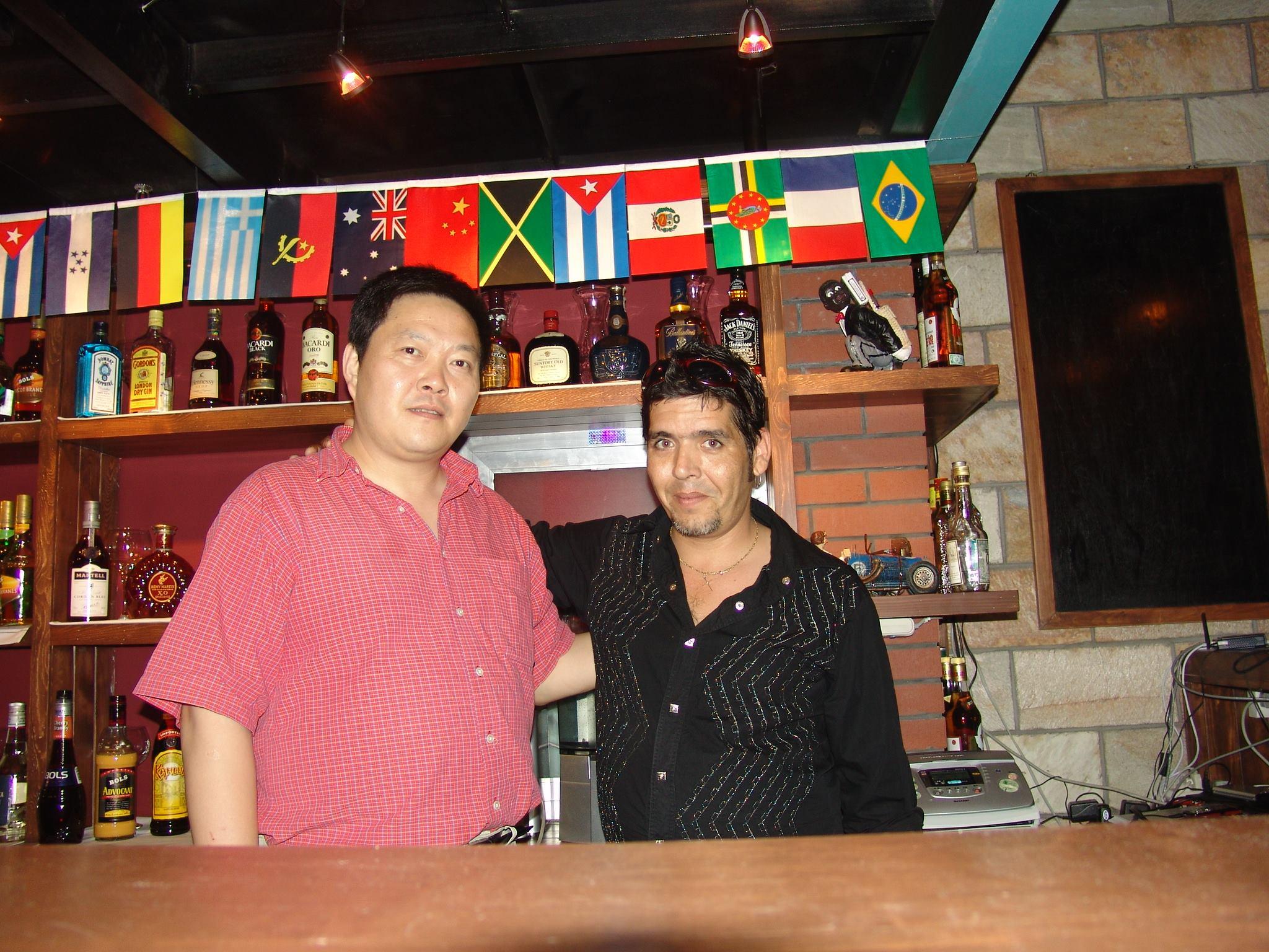 Geovany González con un socio chino en los tiempos de A-ché.