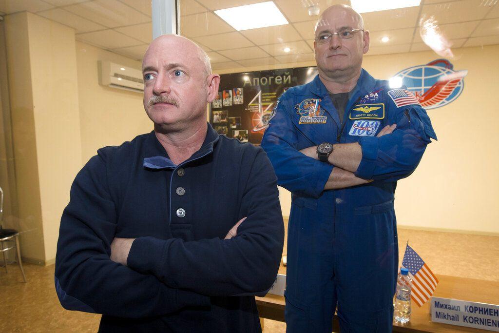 Fotografía de archivo del 26 de marzo de 2015 del astronauta Scott Kelly, derecha, miembro de la misión a la Estación Espacial Internacional, en un cuarto de cuarentena, atrás de su hermano gemelo, Mark Kelly, también astronauta. Foto: Dmitry Lovetsky / AP / Archivo.