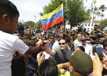 El senador estadounidense Marco Rubio saluda a migrantes venezolanos en La Parada, cerca de Cúcuta, Colombia, domingo 17 de febrero de 2019. Foto: Fernando Vergara / AP.