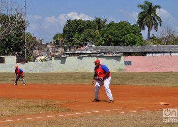 Lerys Aguilera juega la primera base en la Serie Provincial de Holguín con el equipo de Mayarí. Tras una tortuosa aventura en el exterior, el fornido inicialista busca reinsertarse en el béisbol cubano. Foto: Oreidis Pimentel.
