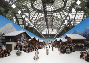 Cara Delevingne modela piezas de la colección de confección de Chanel otoño invierno 2019-2020 en París, el martes 5 de marzo de 2019. Foto: Francois Mori / AP.