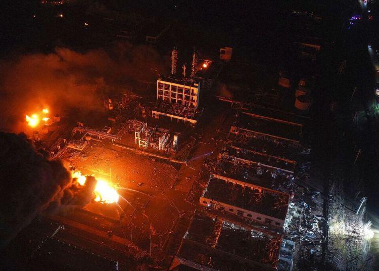 En esta fotografía aérea del jueves 21 de marzo de 2019, publicada por la agencia noticiosa china Xinhua, dos incendios arden en un parque industrial en la ciudad de Yancheng, en el este de China. Foto: Ji Chunpeng / Xinhua vía AP.