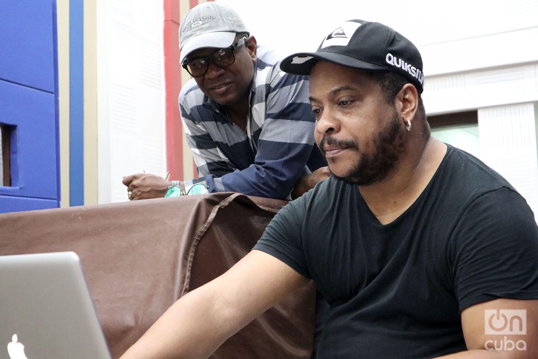 """Alden González (izq) junto a Geovanis Alcántara (der), también productor y arreglista del disco """"A romper el coco"""". Foto: Yasser Landazuri."""