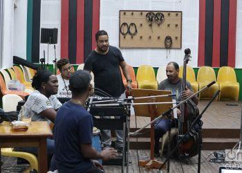 """Grabación del disco """"A romper el coco"""" en los Estudios Siboney de Santiago de Cuba. Foto: Yasser Landazuri."""