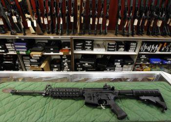 Imagen de archivo que muestra un rifle tipo AR-15 en la tienda y campo de tiro Firing-Line, en Aurora, Colorado. Foto: Alex Brandon / AP / Archivo.