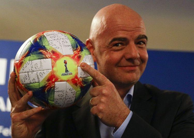 El presidente de la FIFA Gianni Infantino sostiene el balón oficial del próximo mundial femenino durante una conferencia de prensa en Roma, el miércoles 27 de febrero del 2019. Foto: Gregorio Borgia / AP.