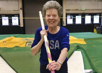 """Florence """"Flo"""" Filion Meiler, que salta pértiga y compite en otras disciplinas atléticas a los 84 años, posa durante un entrenamiento en la Universidad de Vermont en Burlington el 14 de marzo del 2019. Foto: Lisa Rathke / AP."""