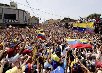 Simpatizantes reciben al líder opositor venezolano Juan Guaidó, quien se autoproclamó presidente encargado de la nación sudamericana, durante una manifestación en Valencia, Venezuela, el sábado 16 de marzo 2019. Foto: Natacha Pisarenko / AP.