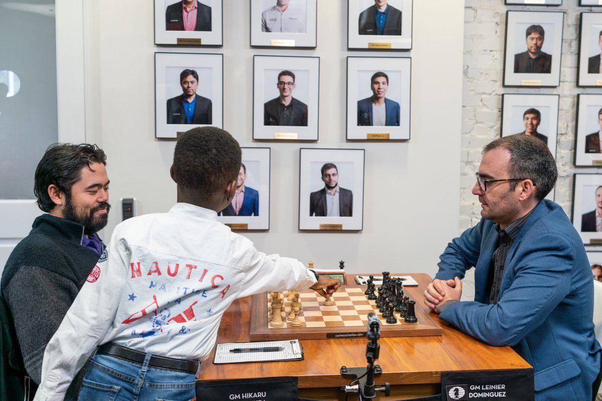 Tani de espaldas interviene en una partida entre el japonés Hikaru Nakamura y el cubano Leinier Domínguez durante la penúltima ronda del Nacional de Estados Unidos. Foto: US Chess.