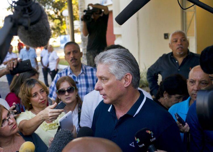 El presidente de Cuba, Miguel Díaz-Canel, habla con reporteros tras votar la nueva constitución, en La Habana, el 24 de febrero de 2019. Foto: Ramón Espinosa / AP.