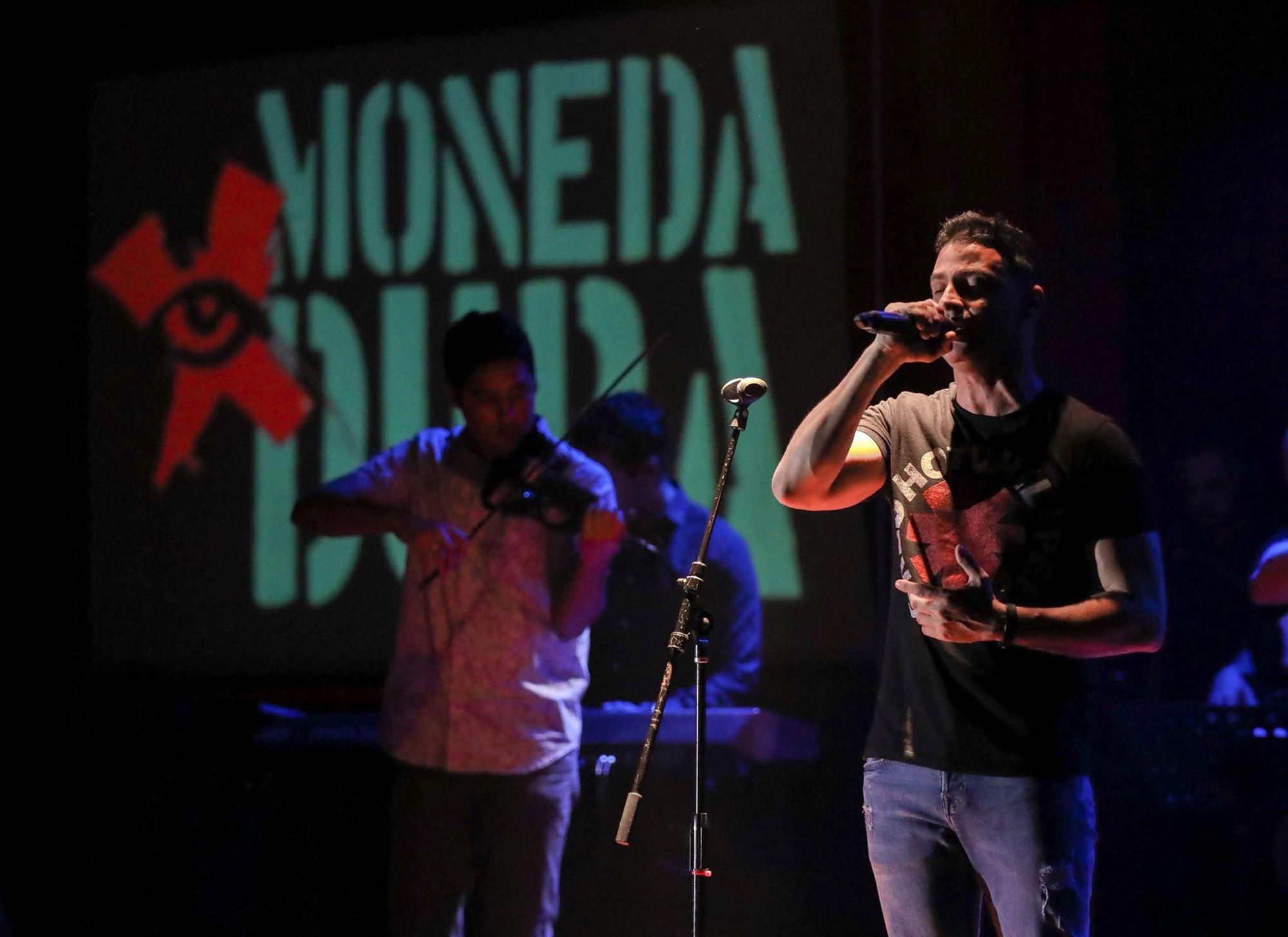 Nassiry Lugo junto a Moneda en el Flamingo Theater Bar de Miami. Foto: Perfil de Facebook de Moneda Dura.