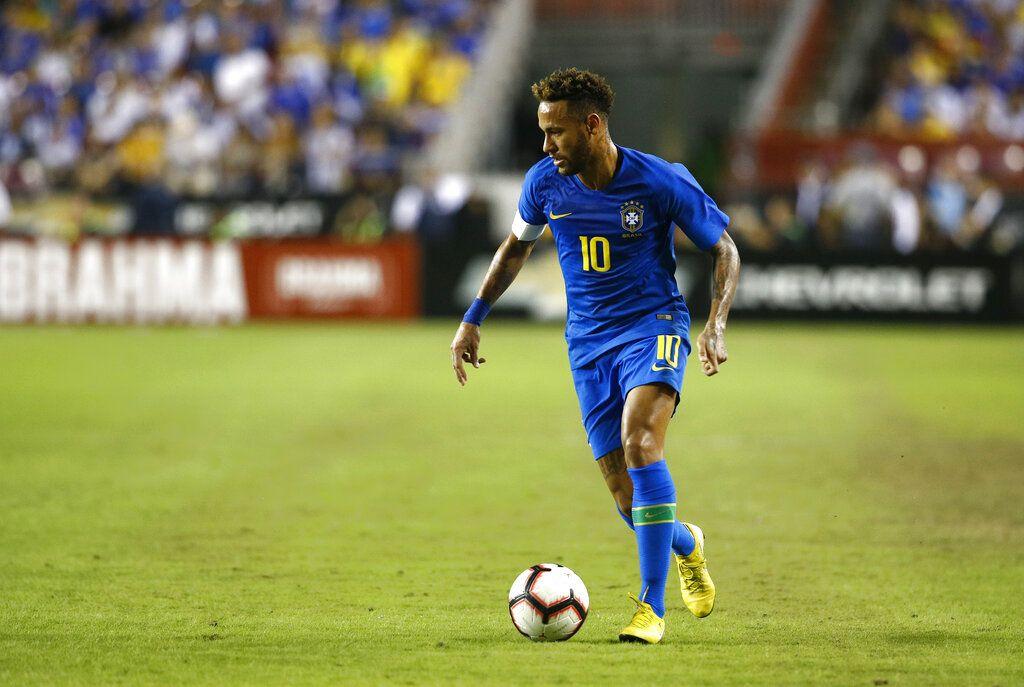 ARCHIVO - En imagen de archivo del martes 11 de septiembre de 2018, el delantero brasileño Neymar avanza con el balón durante un partido ante El Salvador, en Landover, Maryland. (AP Foto/Patrick Semansky, archivo)
