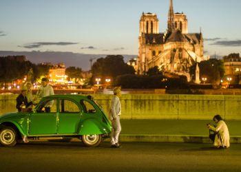 Visitantes en París. Al fondo, Notre Dame. Foto: Kaloian.