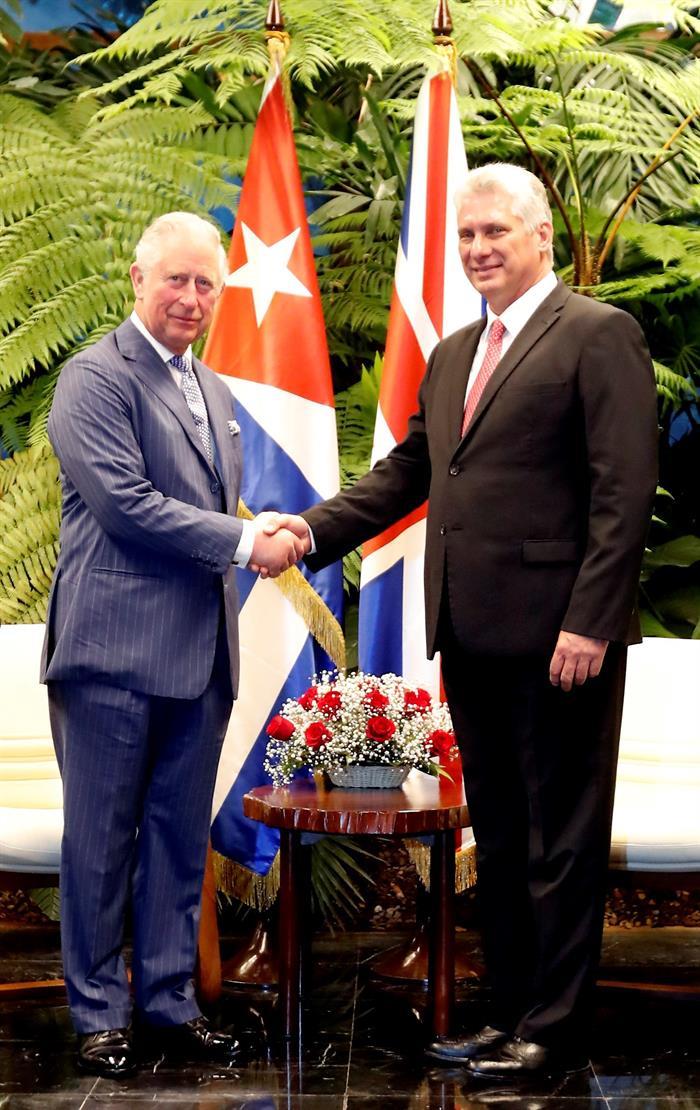 Saludo entre el Príncipe Carlos y el presidente cubano Miguel Díaz-Canel, en La Habana, el 25 de marzo de 2019. Foto: EFE.