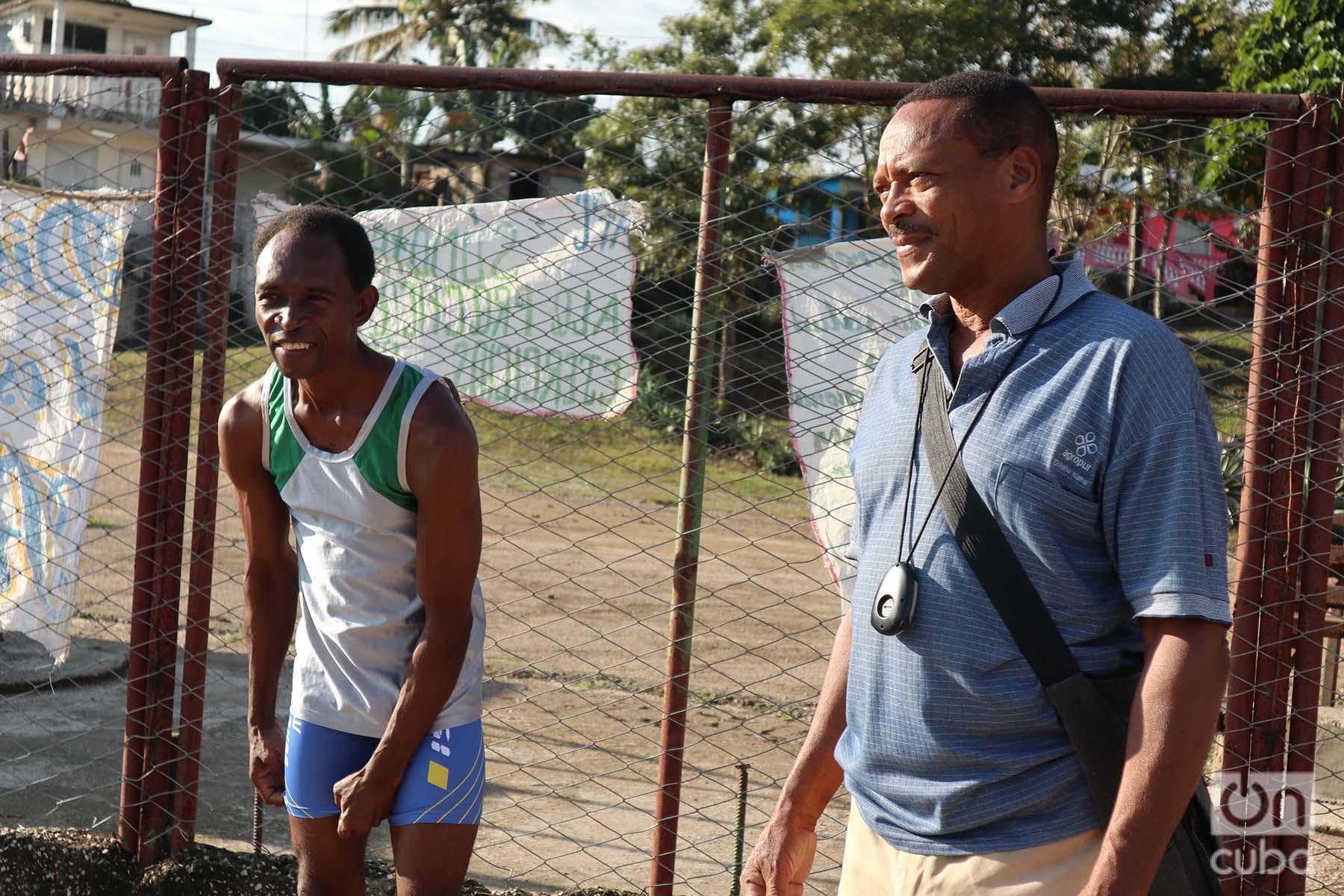 """Leonides Planas (der) junto a su entrenador en el estadio """"José Maceo"""" de La Maya. Foto: Rogelio Ramos Domínguez."""