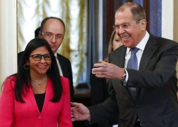 El canciller ruso Serguei Lavrov, derecha, recibe a la vicepresidenta venezolana Delcy Rodríguez en Moscú, viernes 1 de marzo de 2019. (AP Foto/Pavel Golovkin)