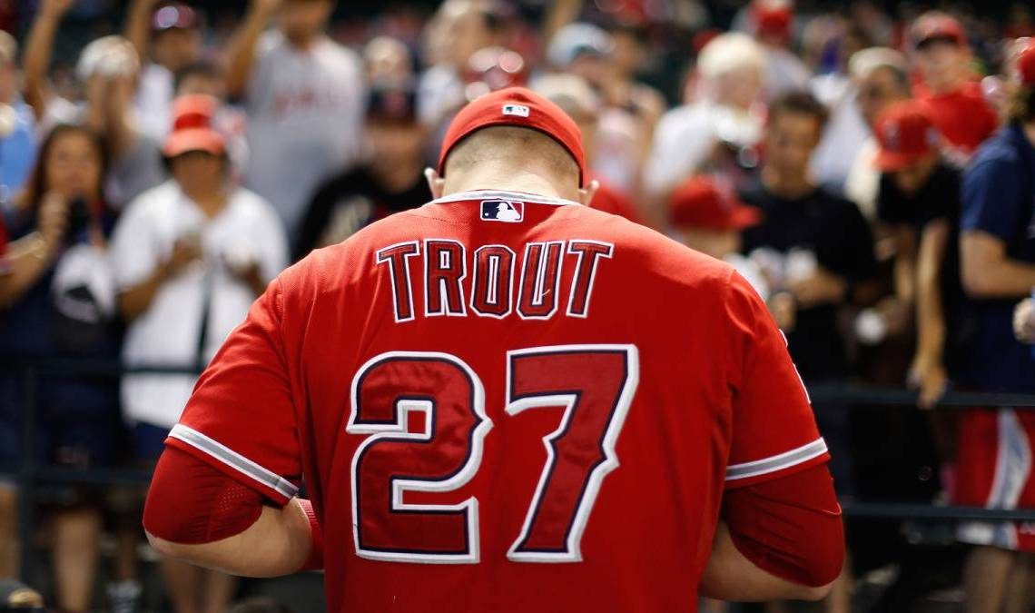 Mike Trout estará atado a los Angelinos probablemente por el resto de su carrera profesional. Foto: Getty Images