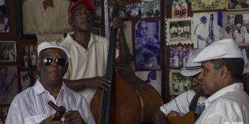 """Músicos cubanos en la Casa de la Trova de Santiago de Cuba, durante el Festival de la Trova """"Pepe Sánchez"""" 2019. Foto: Frank Lahera Ocallaghan."""