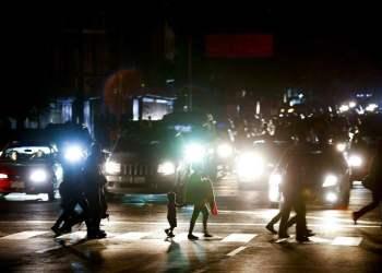 Residentes cruzan una calle en la oscuridad tras un apagón en Caracas, Venezuela, el jueves 7 de marzo de 2019. Foto: Eduardo Verdugo / AP.