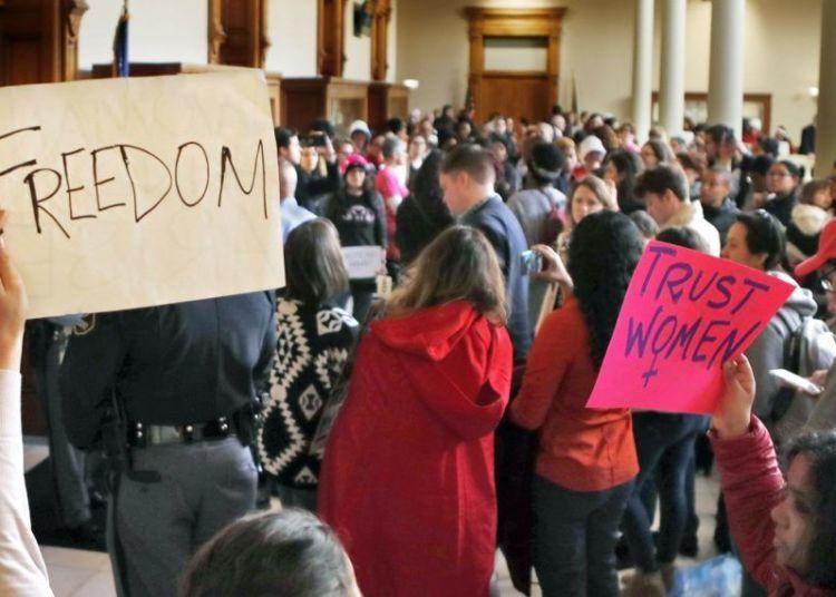 Protestas en Atlanta contra un proyecto de ley para ilegalizar el aborto. Foto: Bob Andres / AP / Archivo.