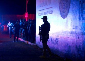 Un agente de la policía federal hace guardia en el exterior de un centro de detención de migrantes en Tapachula, en el estado de Chiapas, México, el 25 de abril de 2019. Foto: Moisés Castillo / AP.