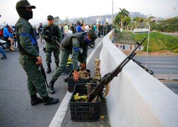 Soldados toman posiciones en un paso elevado próximo a la base aérea de La Carlota, en Caracas, Venezuela, el 30 de abril de 2019. Foto: Ariana Cubillos / AP.