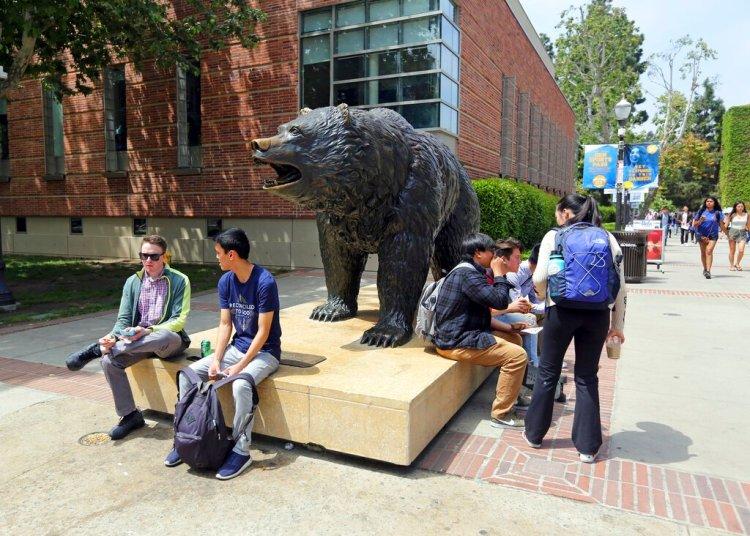 Varias personas conversan en el campus de la Universidad de California, campus Los Ángeles, el viernes 26 de abril de 2019. Foto:Reed Saxon/AP.
