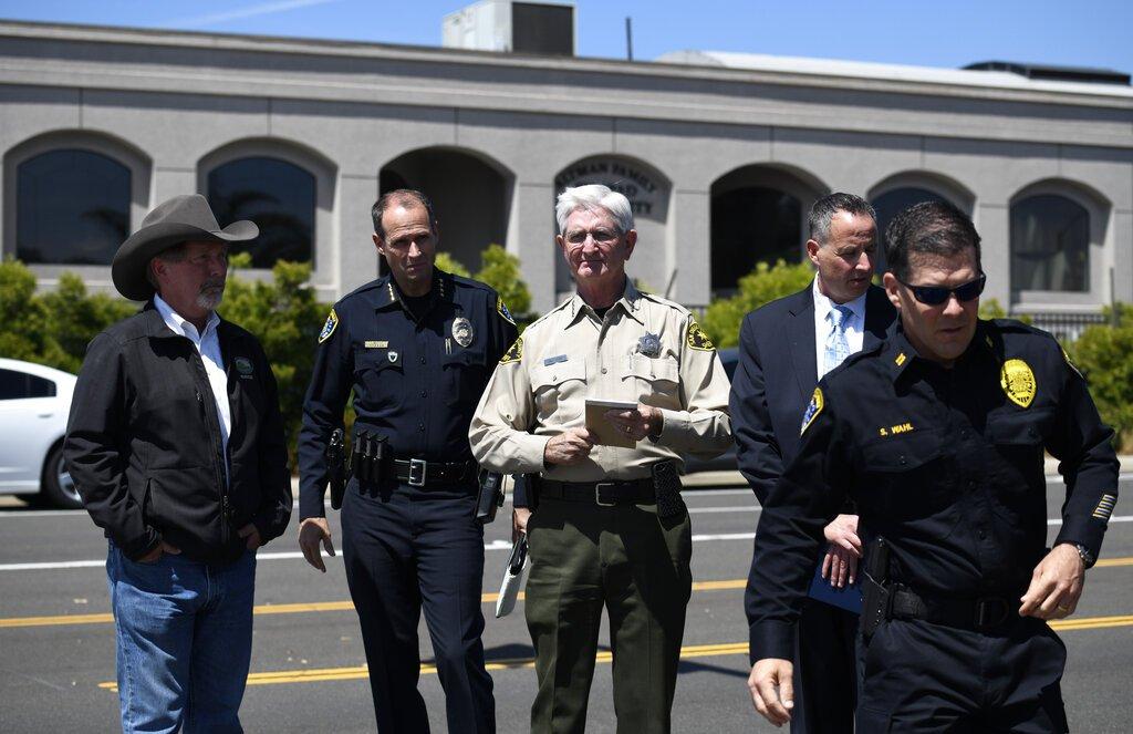 El policía del condado San Diego Bill Gore, centro, llega con otros agente a la sinagoga Chabad de Poway el sábado 27 de abril de 2019 en Poway, California. Foto: Denis Poroy / AP.