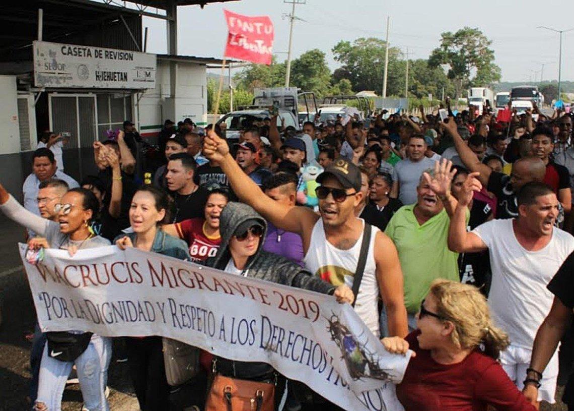 Migrantes cubanos protestan el miércoles 17 de abril de 2019, en una caseta de revisión migratoria en el estado de Chiapas, México. Foto: Juan Manuel Blanco / EFE.