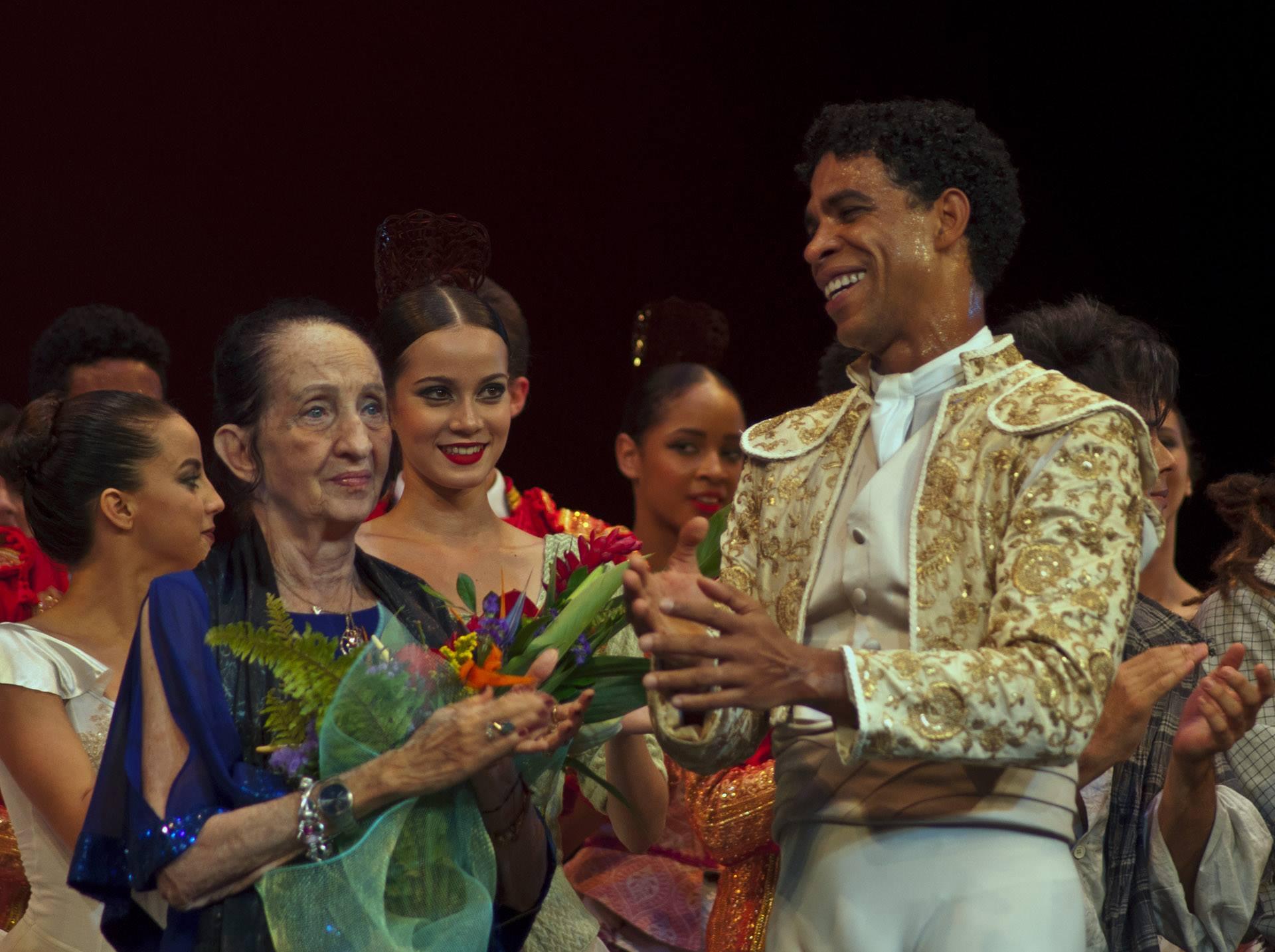 Con la maestra Ramona de Saá. Foto: Yuris Nórido/ Acosta Danza.