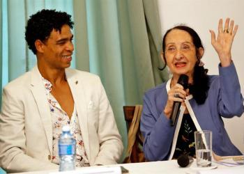 Carlos Acosta con a su ex profesora de ballet a la cubana Ramona de Sáa durante una rueda de prensa este martes en La Habana. Foto: Ernesto Mastrascusa / EFE.