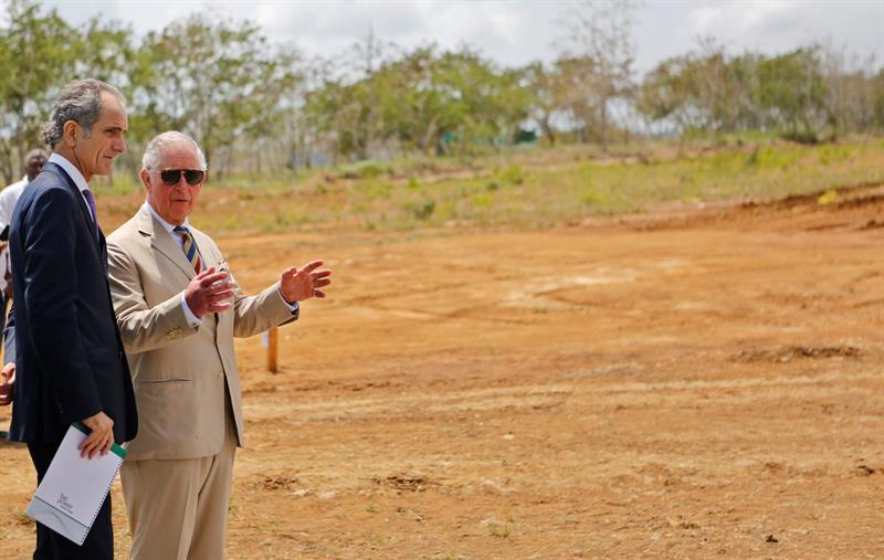 El príncipe Carlos de Gales (d) junto al director y vicepresidente de Havana Energy, Andrew MacDonald, durante visita al parque fotovoltaico que se construye con apoyo británico en la Zona Especial de Desarrollo Mariel. Foto: Yander Zamora / EFE.