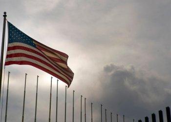 La bandera de Estados Unidos ondea en su embajada en La Habana, Cuba, el lunes 18 de marzo de 2019. Foto: Ramón Espinosa / AP.