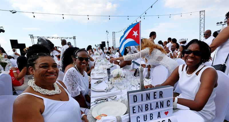 """Unos 500 comensales de diversos países participan en la primera """"Dîner en Blanc"""" celebrada en La Habana. Foto: Ernesto Mastrascusa / EFE."""