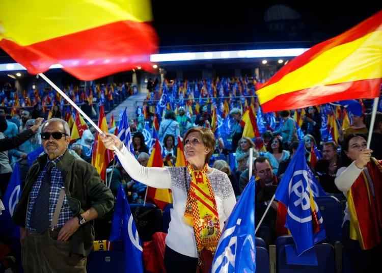 Partidarios del Partido Popular ondean banderas españolas durante un evento de cierre de campaña en Madrid, el viernes 26 de abril de 2019. Foto: Andrea Comas/ AP.