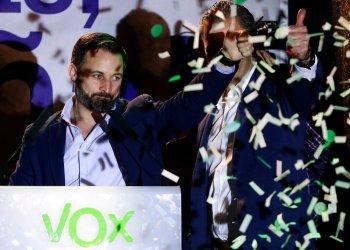 Santiago Abascal, líder del partido de extrema derecha Vox, hace una señal con el dedo tras pronunciar un discurso ante sus seguidores luego de las elecciones generales, en el centro de Madrid, el 28 de abril de 2019. Foto: Manu Fernández / AP.