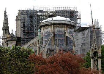 Una lona impermeable cubre el tejado de la catedral de Notre Dame en París, el viernes 26 de abril de 2019. Foto: Michel Euler / AP.