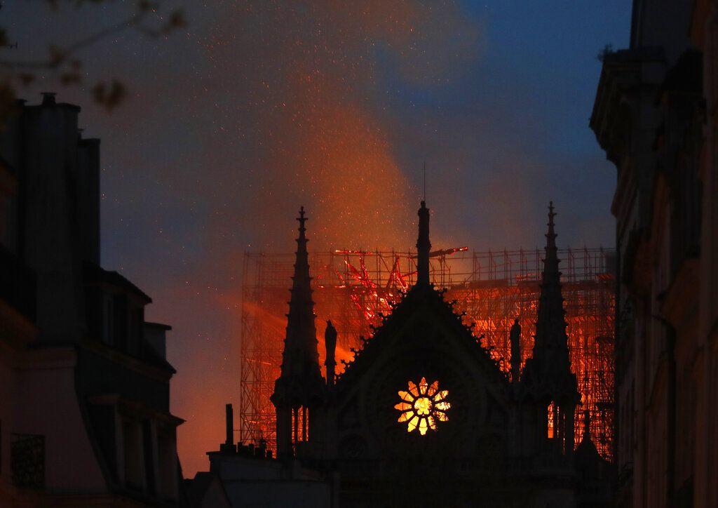 Llamas y humo salen del incendio en la catedral de Notre Dame el lunes 15 de abril de 2019 en París. Foto: Thibault Camus) / AP.