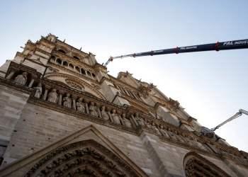 Una grúa trabaja en la catedral Notre Dame en París, el viernes 19 de abril de 2019. Foto: Philippe Wojazer/Pool vía AP.