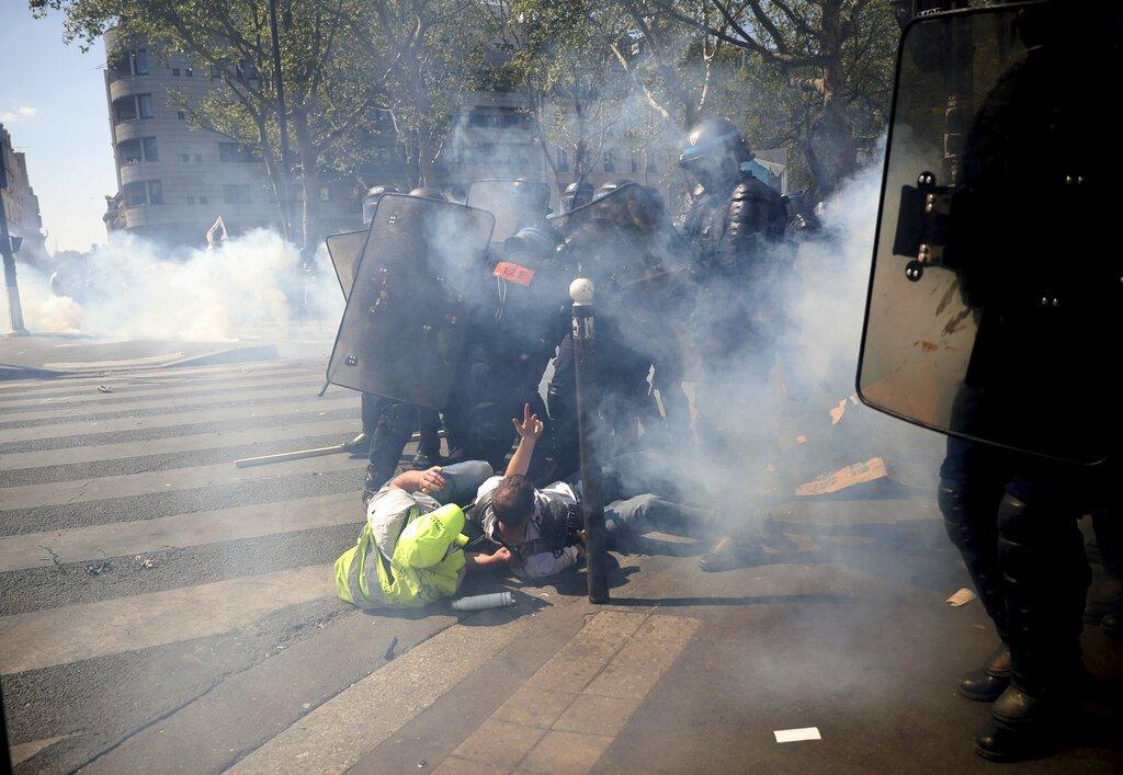 La policía avanza hacia manifestantes durante una protesta de los chalecos amarillos en París, el sábado 20 de abril de 2019. Foto: Francisco Seco / AP.