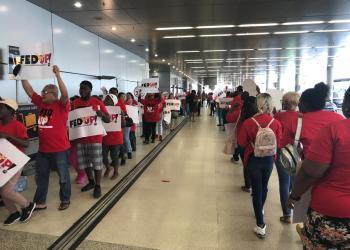 Protesta en aeropuerto de Miami por el fin de las propinas obligatorias. Foto: WLRN.