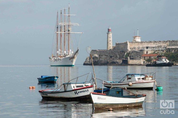 """El buque escuela """"Juan Sebastián de Elcano"""" de la Armada Española a su entrada a la bahía de La Habana. Foto: Otmaro Rodríguez."""