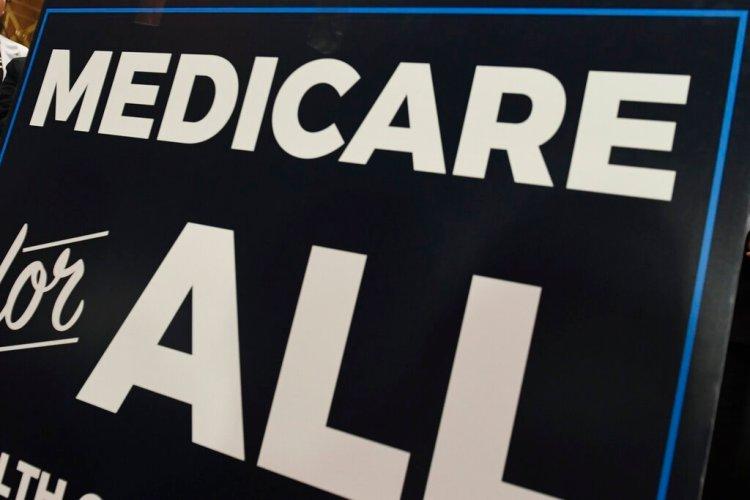 """Esta foto del 10 de abril del 2019 muestra un cartel con el nombre del programa Medicare durante una conferencia de prensa para volver a presentar una propuesta de ley llamada """"Medicare para todos"""", en el Capitolio, en Washington. (AP Foto/Susan Walsh)"""